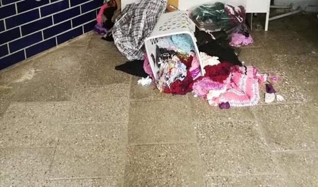 Подъезд дома в проезде Дежнёва очистили от хлама