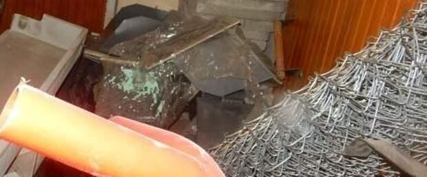 Подвал в подъезде дома на Полярной очистили от хлама и мусора