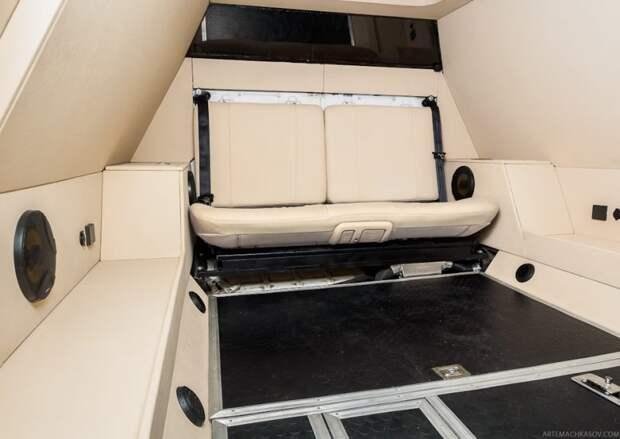 Задний диван — также от Grand Starex, его подушка может откидываться вверх. Боковины салона сделаны на базе крашеных стальных рам, к которым прикреплены обтянутые эко-кожей фанерные панели. брдм, военная техника