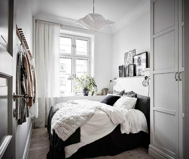 Небольшая спальня в белом цвете.
