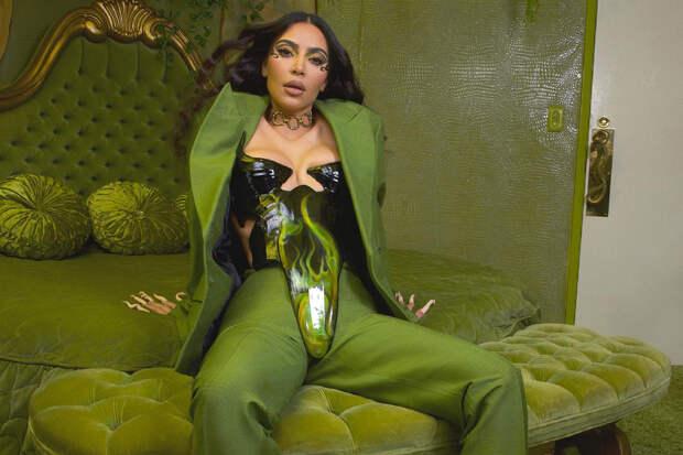 Фанаты засмеяли Ким Кардашьян за нелепый костюм