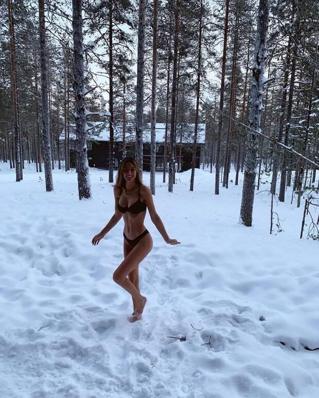 Знаменитости позируют в купальниках в снежную погоду