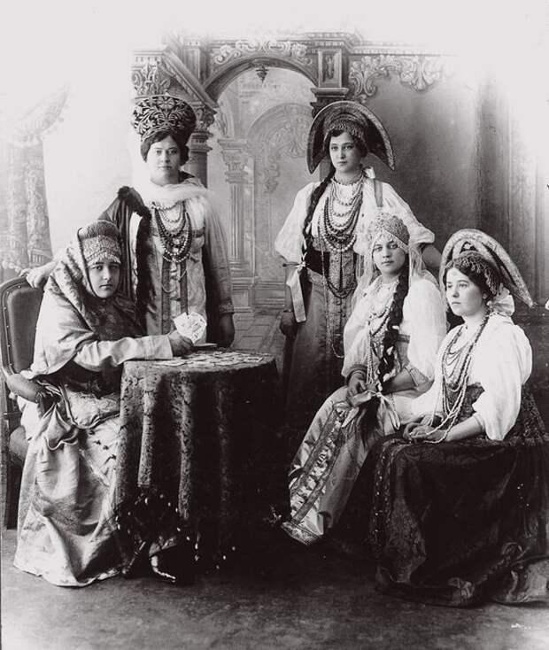 Женщины в традиционных костюмах Крестьяне, россия, старые фото
