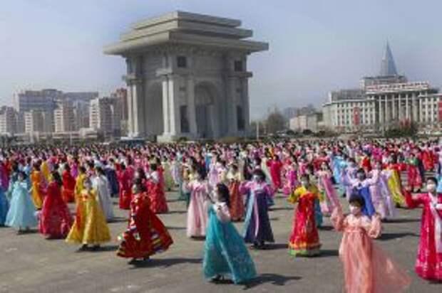 На фото: женщины танцуют возле Триумфальной арки в День Солнца, годовщину со дня рождения покойного лидера Ким Ир Сена, в Пхеньяне, Северная Корея