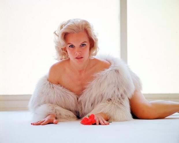 Эффектная красотка из 60-ых Кэрролл Бейкер.