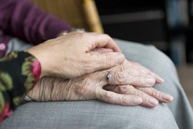 женская рука поверх старческой