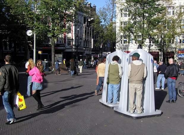Мужской открытый писаур на одной из улиц Амстердама