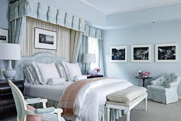 Элегантная спальня в пастельных оттенках голубого.