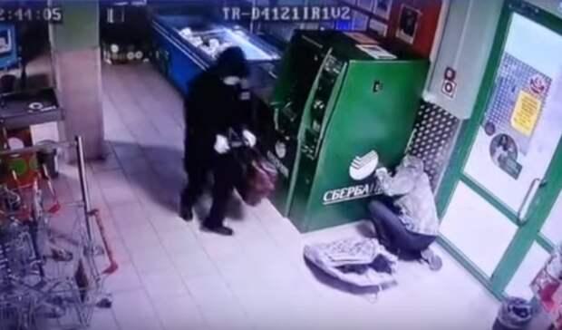 Взорвали банкомат ипохитили около 1,5млн двое мужчин под Камышловом (видео)