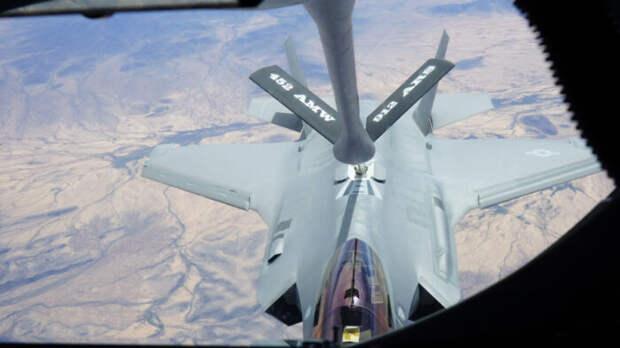 Американский F-35 в небе врезался в самолет-заправщик KC-130J Hercules