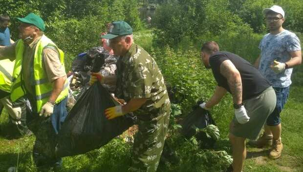 Восьмикубовый контейнер мусора собрали на субботнике в лесу Мытищ