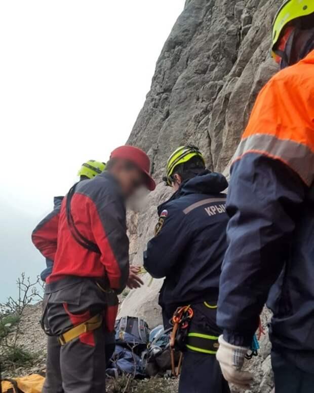 В Крыму спасли туриста, который застрял на отвесной скале вблизи Форосской церкви