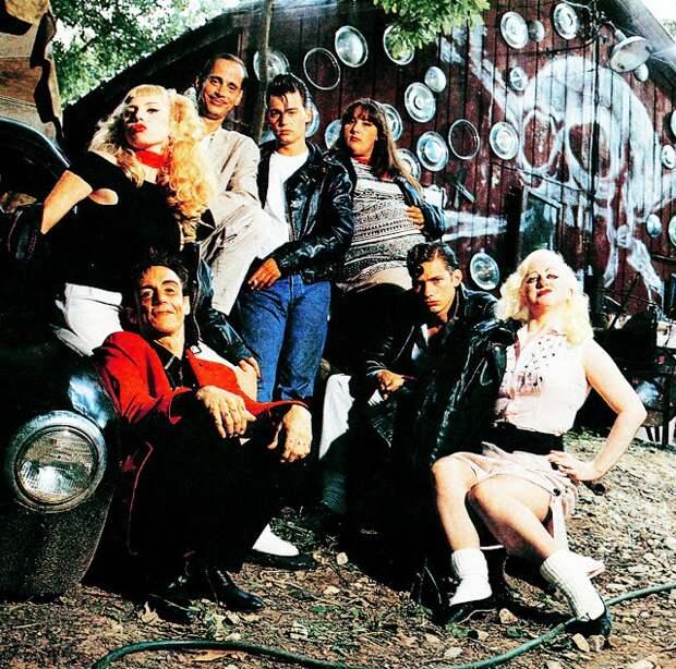"""Джонни Депп и компания на съемках фильма """"Плакса"""", 1990 год"""