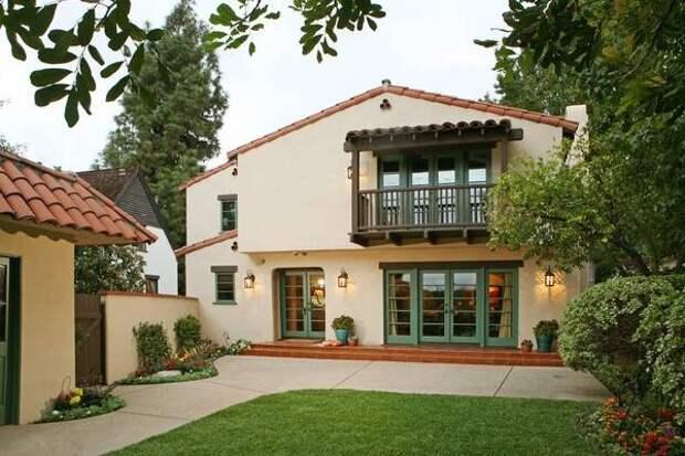Сочетание красного цвета крыши и бежевого фасада дома фото