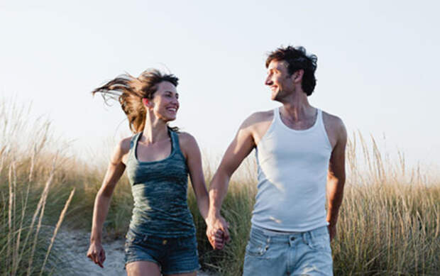 парень и девушка бегут по полю