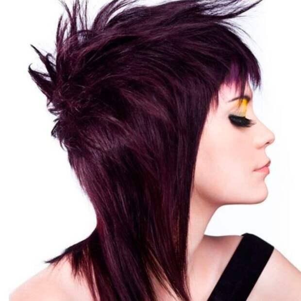 девушка с фиолетовыми волосами в профиль