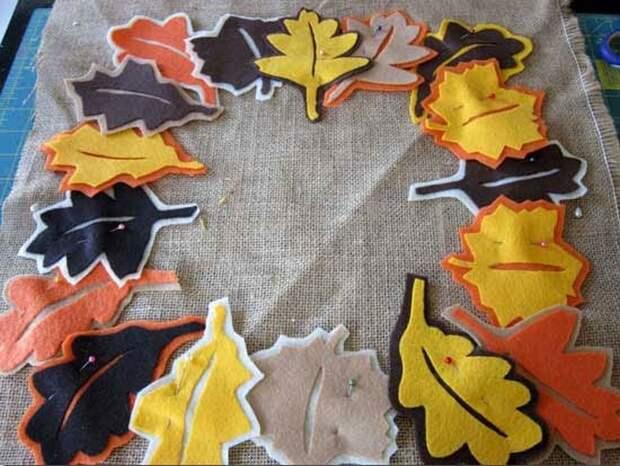 Удивительно, как преображает интерьер яркая подушка с опавшими листьями
