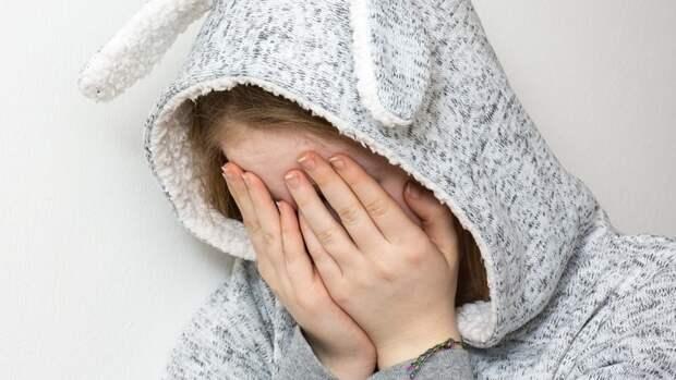 Двухлетняя девочка угодила в яму с горящим мусором и обожгла лицо под Тюменью