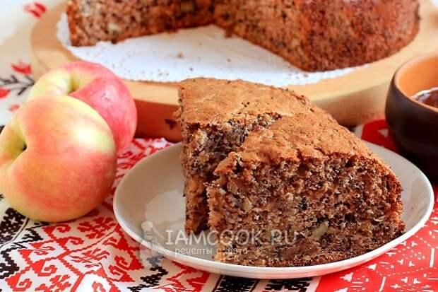 Яблочный бисквит с грецкими орехами