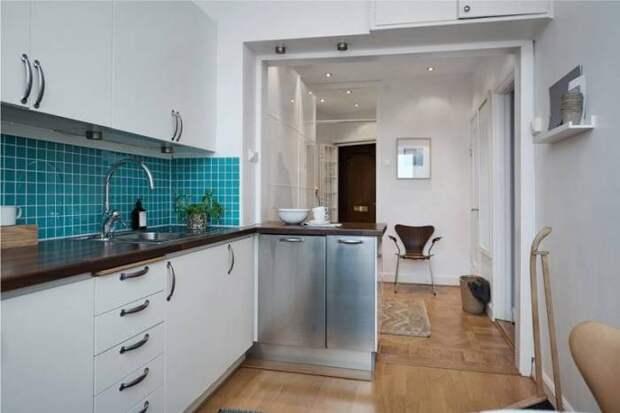 Кухню можно совмещать с прихожей или коридором. | Фото: vashakuhnya.com.