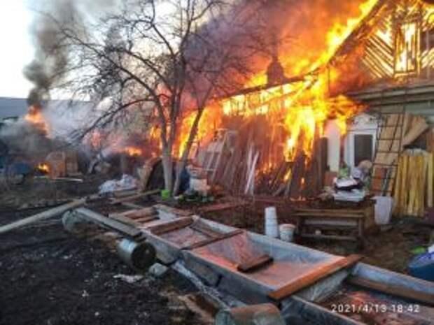 Дом, гараж и 4 автомобиля уничтожил пожар в Екатеринбурге