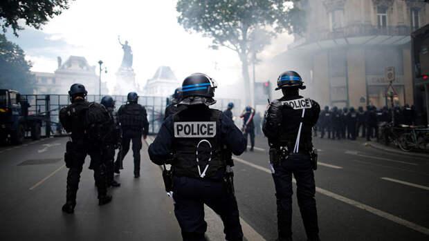 В Париже полиция применила слезоточивый газ в ходе протестов против обязательной вакцинации
