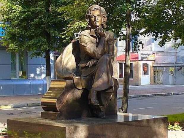 Памятник В. Леонтьевой в Ульяновске | Фото: photo.qip.ru
