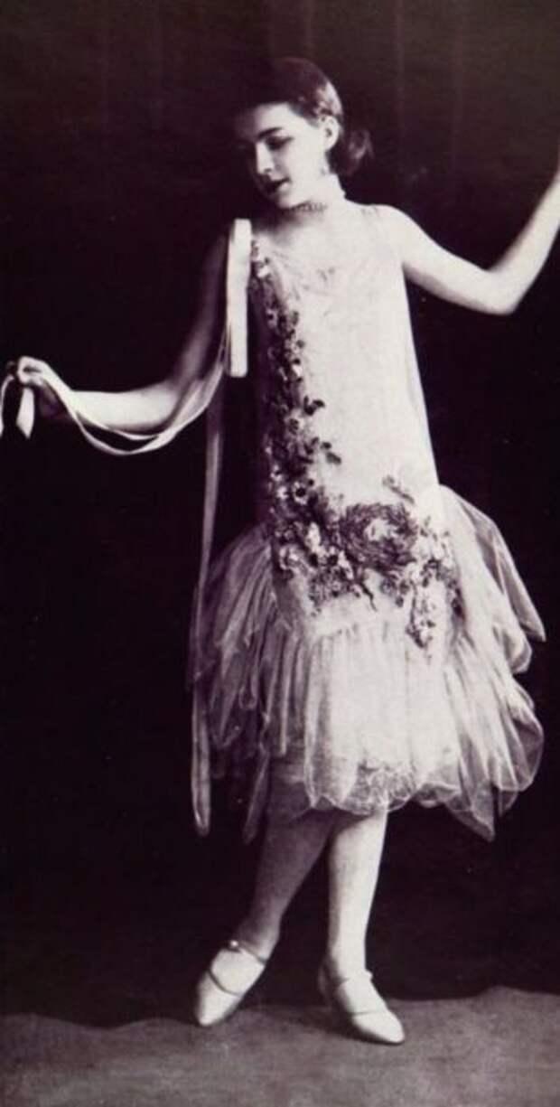 Модный туалет усыпан крупными и мелкими розами с многослойными юбками.