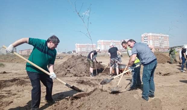 Мэр Пинаев иминистр ЖКХ Смирнов посадили дерево вэкопарке Нижнего Тагила