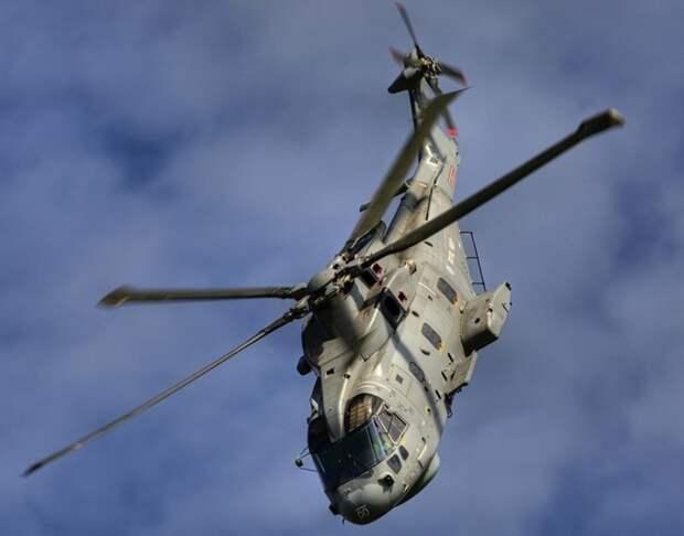 AW101 Merlin - вертолет средней грузоподъемности, который в экстремальных условиях может взять планку в 309 км/час (крейсерская скорость - 278 км/час). Англо-итальянский концерн AugustaWestland производит его как для военных, так и для гражданских целей. Машина принимает на борт более 30 человек и осуществляет поисково-спасательные работы на расстоянии более 800 км.