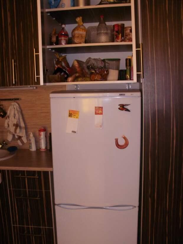 Холодильник и шкаф над ним