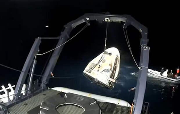 Американский корабль с астронавтами приводнился в Атлантике (видео)