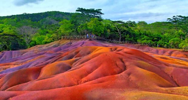 Таинственные разноцветные пески, рисунок которых не может нарушить ни ветер, ни дождь