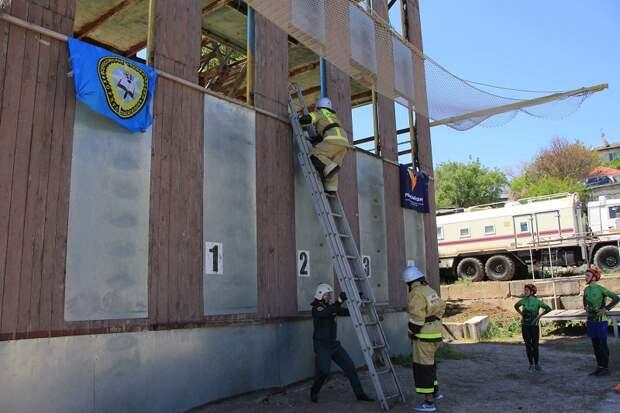Спасатели провели пожарную эстафету для крымских старшеклассников