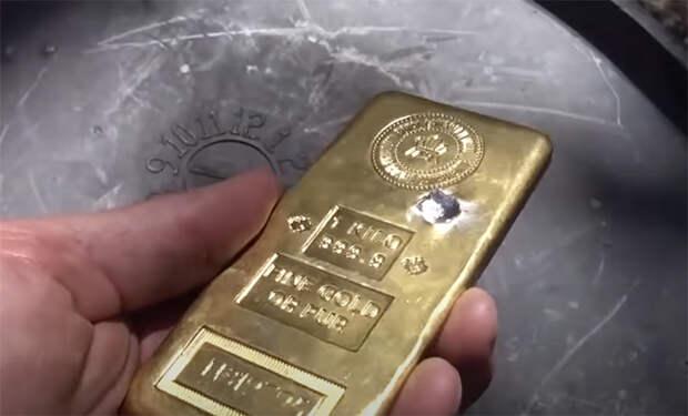 Стрелок решил проверить на прочность килограмм золота и попробовал его прострелить насквозь