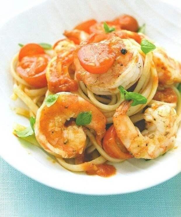 Паста с креветками, помидорами и базиликом