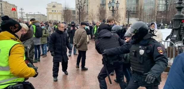Во время незаконных акций в Москве пострадали силовики