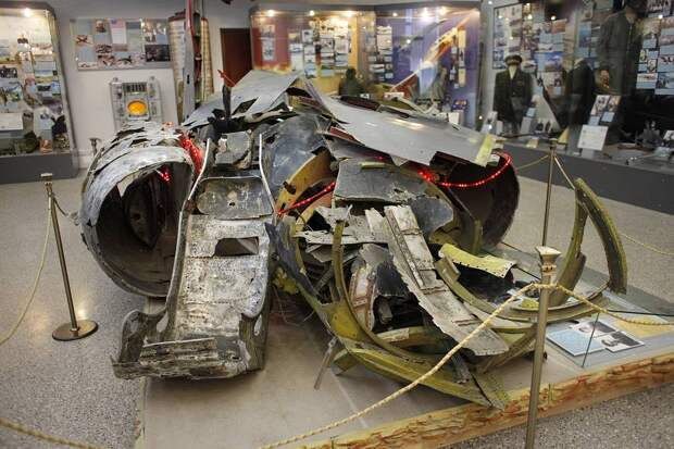 Обломки самолета-разведчика в Центральном музее Вооруженных сил в Москве AP Photo/Alexander Zemlianichenko
