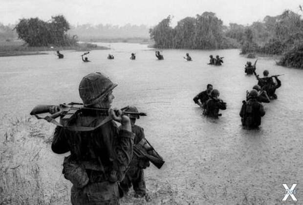 Вьетнамские солдаты под дождем