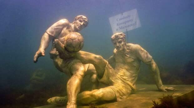«Свободу Кокорину иМамаеву!» Вподводном музее установили скульптуры арестованных футболистов