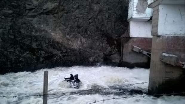 В Свердловской области нетрезвый водитель съехал с моста в реку