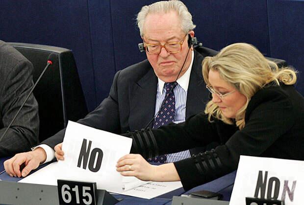 Основатель «Национального фронта» Жан-Мари Ле Пен и нынешний лидер партии Марин Ле Пен в Европейском парламенте