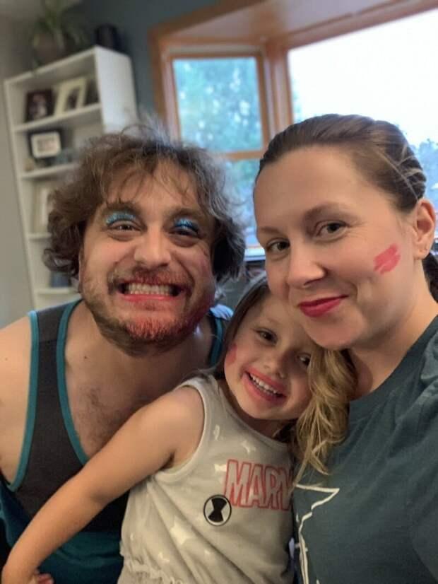 Ребёнок позаботился о макияже всей семьи