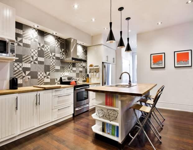 Оригинальный кухонный фартук с графическими орнаментами дополнит интерьер светлой кухни-студии
