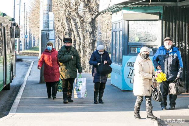 Люди в масках. Тюмень, автобусная остановка, люди в масках, пенсионеры