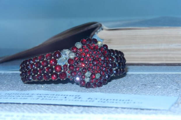 Настоящий гранатовый браслет хранится в Пушкинском доме