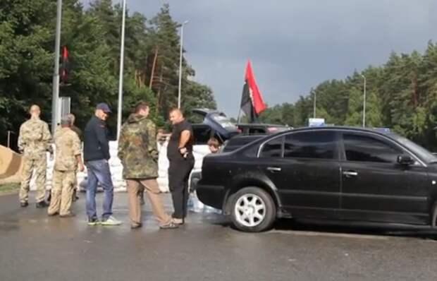 ВСУ по ошибке вДонбассе уничтожили свой блокпост сбронетехникой