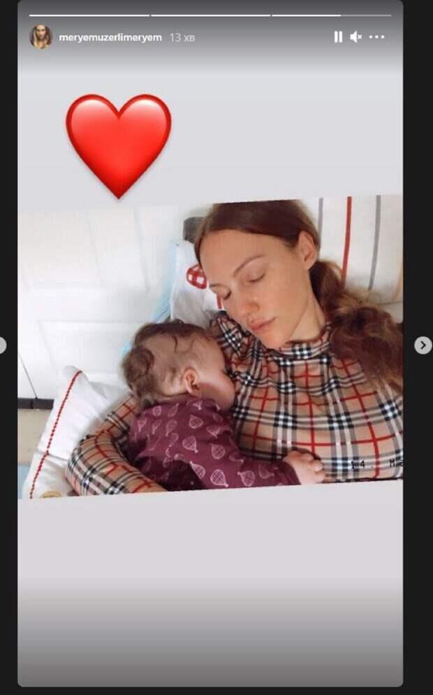 """Уставшая Мерьем Узерли из """"Великолепного века"""" показала 4-месячную дочь: домашние кадры"""