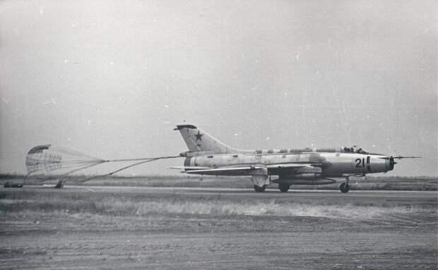 Самолет Су-17 борт 21 выполняет посадку с тормозным парашютом. Тормозные щитки закрыты