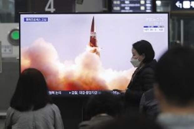 На фото: люди смотрят телевизор с изображением новой управляемой ракеты Северной Кореи во время передачи новостей на железнодорожном вокзале Сусео в Сеуле, Южная Корея